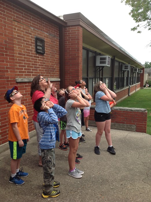 kids watching eclipse pictures